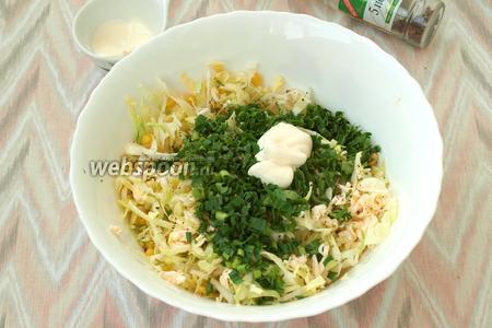 Измельчить побеги чеснока и петрушку, добавить в салат. Также добавить в миску майонез.