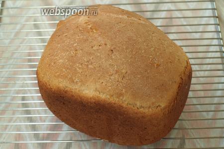 Хлеб извлечь из контейнера и остудить на решётке. Нарезать остывшим. Приятного аппетита!