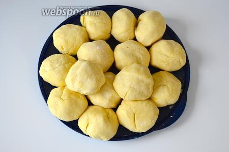 Разделите тесто на одинакового размера шарики (должно получиться от 12 до 15 небольших колобков). Накройте тарелку с шариками пищевой фольгой (или плёнкой) и отправьте на час в холодильник.