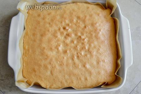 Выпекайте бисквит 25-30 минут, но, в любом случае следите по своей духовке и через 25 минут проверьте готовность бисквита деревянной шпажкой.