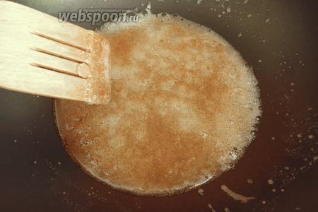 Сахар потемнел. Высыпаем орехи, перемешиваем.