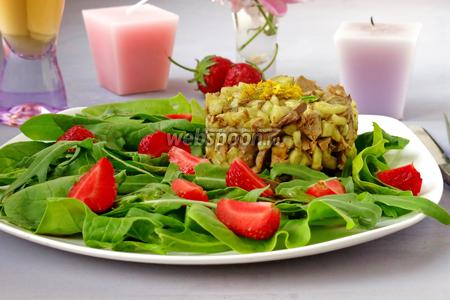 Салат с куриной печенью и клубникой