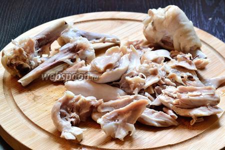 Куриное мясо отделить от костей. Когда вся капуста в бульоне будет готова, добавить всё куриное мясо в щи.