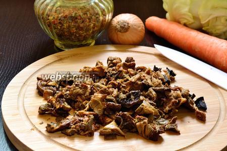 Когда грибы станут мягкими, воду нужно слить и промыть грибы. Потом отжать немного и порезать при необходимости.