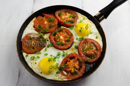 Посыпать яичницу резаной зеленью и луком. Солить и перчить при подаче к столу.