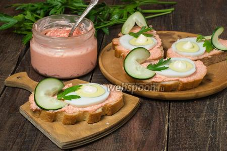 Бутерброды с икрой мойвы, яйцом и свежим огурцом