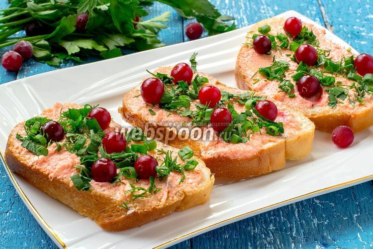 Рецепт Бутерброды с икрой мойвы, клюквой и зеленью