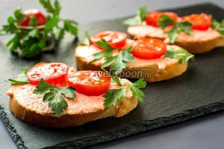 Бутерброды с икрой мойвы и помидорами черри