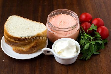Для приготовления бутербродов нам понадобится белый хлеб, икра мойвы, сливочный сыр, помидоры черри и листики петрушки.