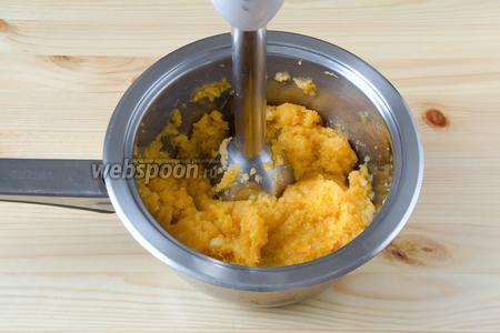 Мягкую тёплую репу переложить в глубокую посуду и перемолоть в пюре с помощью блендера.