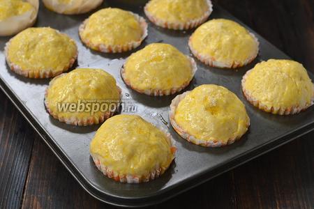 Смазать каждую булочку желтком, разболтанным с 1 столовой ложкой воды. Посыпать сверху сахаром.