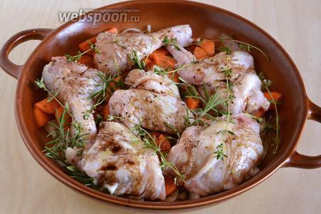 Добавьте веточки свежих трав, полейте всё бальзамиком и остатками оливкового масла. Отправьте в разогретую до 190°С духовку на 1 час.