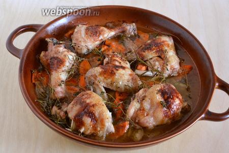 Курица с белым вином, овощами и травами готова! Удалите травы и подавайте курицу к столу горячей, вместе с овощами и получившимся винным соусом из формы.