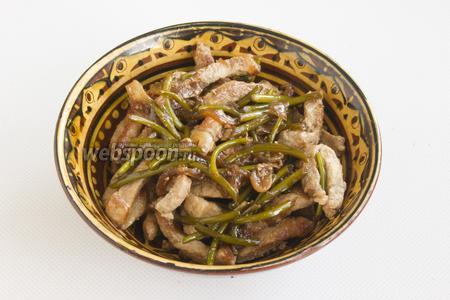 Салат можно подавать горячим, в тёплом виде он также хорош. Да и холодном тоже получается неплохая закуска.