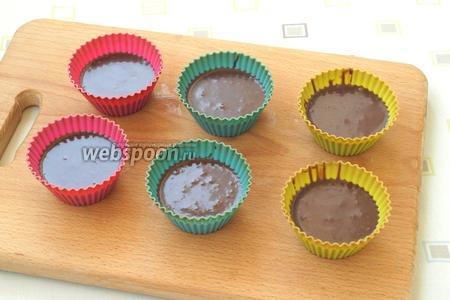Наполнить формочки для кексов на 2/3.