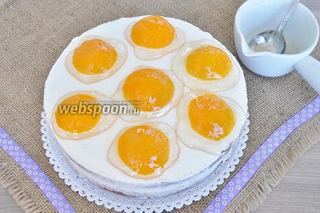 Ложкой гель нанести на персики, имитируя яичницу.