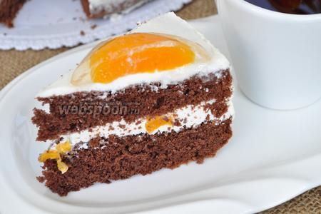 Охлаждённый торт можно подавать. Вот такой разрез у «яичницы» получился.