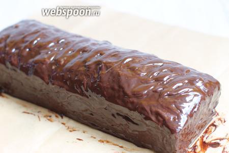 Для глазури смешаем шоколад и сливки. Разогреем на водяной бане. И поливаем обильно верх кекса. Приятного аппетита.