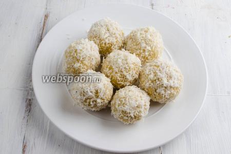 Готовые шарики-пирожные поместить в холодильник на 20 минут для застывания. Подавать шарики на десерт.
