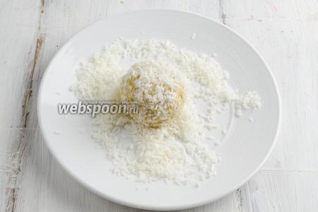 В широкую тарелку насыпать кокосовую крошку. Обвалять каждый шарик в крошке.