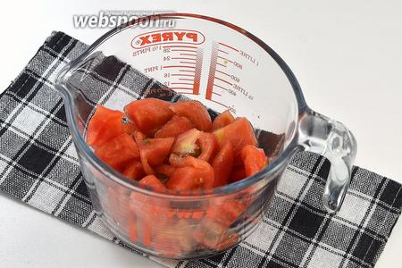 Нарезать помидор и поместить в посуду с высокими стенками.