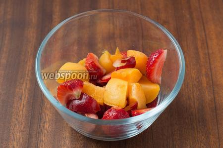 Нарезаем небольшими кусочками абрикос, черешню и клубнику.