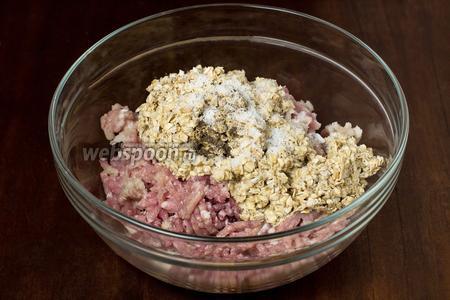 Набухшую овсянку добавляем к фаршу, кладём соль и перец, тщательно вымешиваем и отбиваем для насыщения воздухом и гладкости.