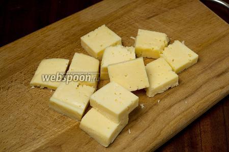 Нарезаем сыр квадратиками приблизительно 2х2 и толщиной 0,5 см.