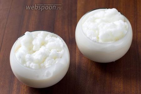 В стеклянные кружки или широкие бокалы вливаем яично-молочную смесь, сверху аккуратно выкладываем белки.