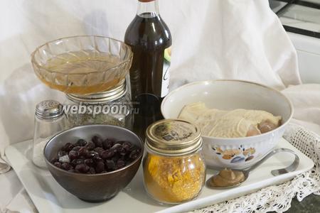 Нам понадобится: крупная куриная грудка, замороженный кизил, горчица на рассоле, куркума, розмарин, мёд, соль и масло из авокадо.