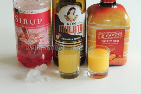 Подготовим ингредиенты: лёд в кубиках или дроблённый, гранатовый сироп, тёмный ром (кубинский), апельсиновый и ананасовый свежевыжатый или готовый соки, ликёр Tripl Sek (сухой апельсиновый ликёр 40%).