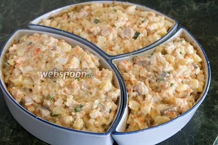 Поверх сыра плотно укладываем подготовленную для форшмака смесь.