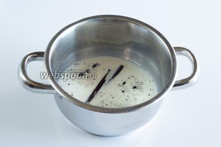 Этот шаг нужен тем, кто использует стручковую ваниль, а не другие источники данного аромата. Стручок разрезать вдоль, выскоблить семена, поместить семена и стручок в молоко, греть на слабом огне 10 минут, а потом 10 минут дать остыть до чуть тёплой температуры. Из остывшего молока стручок выбросить.