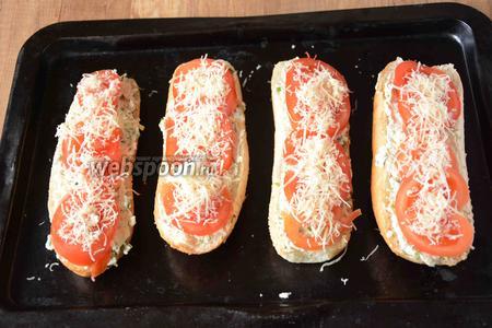 На мелкой тёрке натереть твёрдый сыр и хорошо посыпать каждый багет.