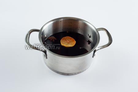 Портвейн и приправы помещаем в кастрюлю с толстым дном. Выпариваем жидкость на среднем огне, с открытой крышкой, где-то 1 час.
