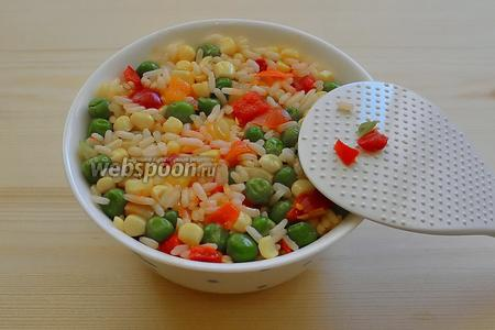 Составляющие салата готовы, можно приступать к сервировке. Берём пиалу и с помощью ложки плотно укладываем рис с овощами в неё.