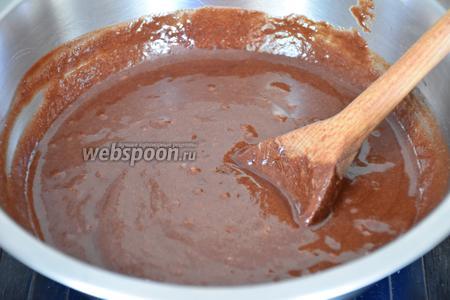 Чуть меньше половины теста добавить в растопленный шоколад и тщательно перемешать.