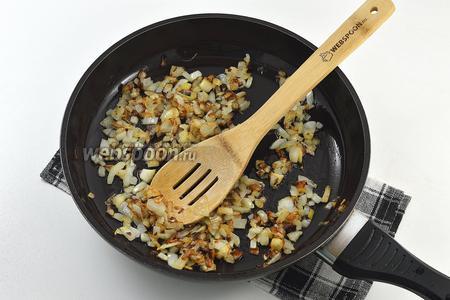 Лук очистить, нарезать мелким кубиком и обжарить на растительном масле.