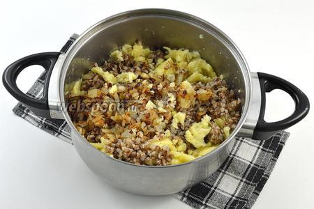 Соединить картофель, гречку, лук. Приправить по вкусу солью и перцем.