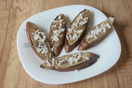 Репчатый лук измельчить, посыпать каждый ломтик хлеба луком.