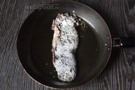 Выкладываем рыбу на раскалённую сковороду с подсолнечным маслом.