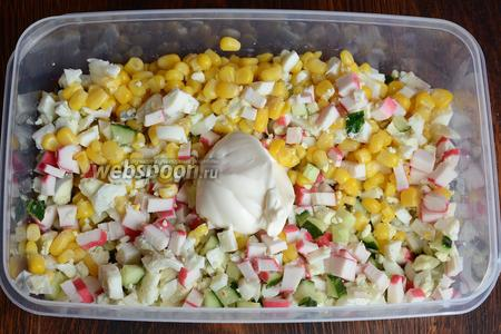 После я заменила салатник на более большой, чтобы было удобнее мешать. Заправляем салат майонезом.