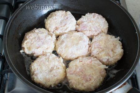 Сформируйте котлетки, обваляйте их сначала в муке, потом в яйце и сухарях. Отправьте на разогретую сковороду с растительным маслом.