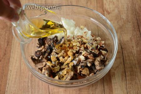 Грецкие орехи измельчить, добавить соль, специи и чёрный молотый перец. Добавить подсолнечное масло.