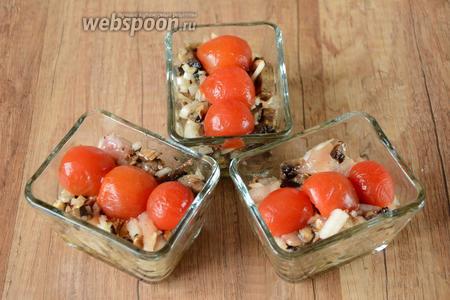 Затем, помидорки черри режем на 2 части. Выкладываем сверху на куриную смесь.
