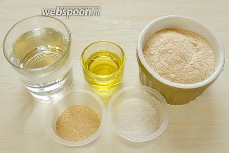 Приготовим муку, тёплую воду, оливковое масло, дрожжи, соль и кунжут.