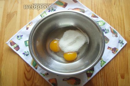 Итак, для начала в миске взбиваем вручную венчиком яйца с сахаром, ванилином и солью.