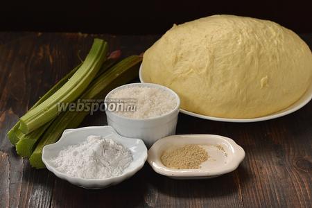 Для работы нам понадобится  дрожжевое тесто на кефире , ревень, имбирь сухой, крахмал картофельный, сахар.