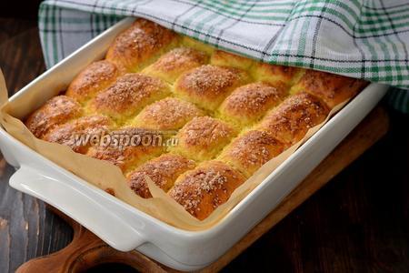 Выпекать в духовке при 180°С до готовности (приблизительно 25 минут). Горячие пирожки сразу накрыть кухонным полотенцем и оставить в таком виде до остывания.