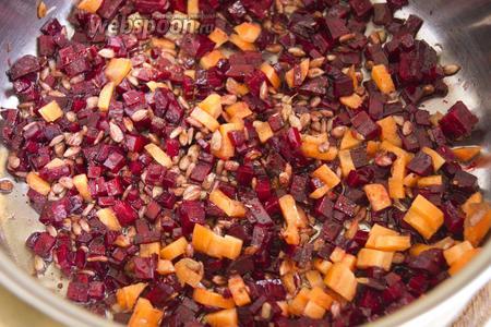 Далее добавьте немного растительного масла и морковь, обжаривайте 2 минуты.